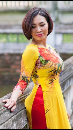 Beautiful Asian Vietnamese Women Ming in Yellow Design Traditional Long Dress! Myanmar Traditional Dress, Traditional Dresses, Sexy Asian Girls, Hot Girls, Myanmar Women, Indonesian Girls, Indian Beauty Saree, Beautiful Asian Women, Ao Dai