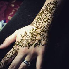 Last piece from the last gig of this long but satisfying day! #henna #heartfirehenna #hands #heartfirehennastudio #naturalhenna #hennapro #design #mehndi #hennalove #hennaporn #hennaisneverblack #vergennes #vermont #naturalbeauty #makearteveryday #hennavermont #sacredadornment #auspiciousancientadornment