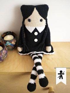 """Muñeca Miércoles Addams """"Cuadrada"""" - Patrón Gratis en Español aquí: http://hamabeadstyle.blogspot.com.es/2015/03/miercoles-addams-amigurumi-cuadrada.html"""
