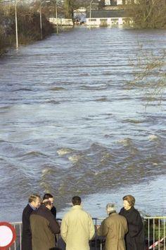 Koningin Beatrix bezoekt de wegens dreigende overstroming geëvacueerde Tielerwaard. Zij wordt ontvangen door de commissaris van de koningin van Gelderland Jan Terlouw. Nederland 2 februari 1995.