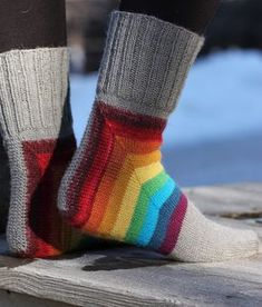 Sateenkaarisukat Knitted Slippers, Wool Socks, Knitting Socks, Crochet Baby Booties, Knit Crochet, Crochet Hats, Newborn Hats, Baby Sandals, Baby Shoes