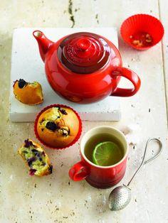 Teiera e mug Le Creuset in gres e pirottini in silicone. La ricetta dei muffin ai mirtilli su https://www.facebook.com/pages/Le-Creuset-Italia