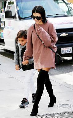 Extra-Locker-Variante mit Sweater: Denn es muss nicht immer Strick als Oberteil sein, wie Socialite Kourtney Kardashian zeigt. Schwarze Overknee-Boots und ein extragroßer, roséfarbener Baumwoll-Sweater.