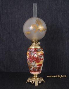 """Lampada in ceramica  SATSUMA, importata in Europa dal Giappone tra la fine del 1800 e primi 1900. Il nome Satsuma si riferisce  alla località portuale Giapponese da dove venivano imbarcate. La tecnica di decorazione  ( Satsuma e Imari ) è di origine Cinese. La base è in fusione di brozo; Bruciatore Kosmos 12"""" di alta qualità UEBER LAND UND MEER ( Hoffmann Friedrich - Sebnitz ); Tubo in cristallo per Kosmos 12""""; Paralume antico globo con decorazione in oro di un dragone, il  più classico dei…"""