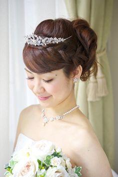 結婚式の花嫁さん向け、ウェディングドレスや和装に合う髪型画像、ロング・セミロングヘアー編!ハーフアップやボリュームアップスタイルなど人気のヘアスタイルをご紹介します。
