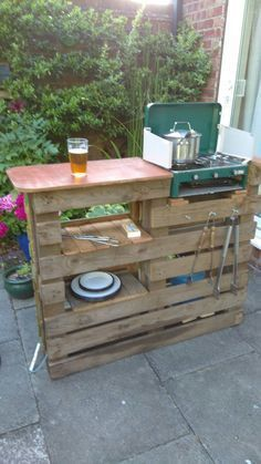 Outdoor Pallet Projects Pallet BBQ bar and prep station. see this and more great outdoor pallet project ideas Outdoor Pallet Projects, Pallet Ideas, Recycled Pallets, Wooden Pallets, Pallet Benches, Pallet Couch, 1001 Pallets, Pallet Patio, Recycled Materials
