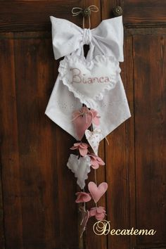 Fiocco nascita bimba/o molto originale in pizzo Sangallo, pannolenci e spago o merletto, interamente realizzato a mano, personalizzabile! di Decartema su Etsy https://www.etsy.com/it/listing/186268753/fiocco-nascita-bimbao-molto-originale-in