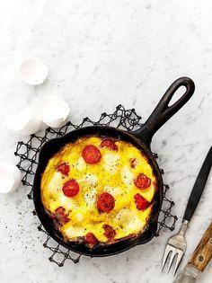 Italialaisittain mozzarellalla, parmesaanilla ja tomaateilla täytetty munakas on hetkessä valmis ja siitä riittää yhdelle tai kahdelle.