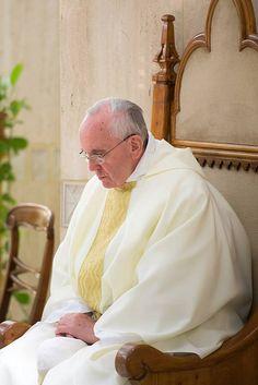 """Pape François - Papa Francesco - Papa Francisco - Pope Francis """"Dans la prière, le Seigneur nous parle par les Saintes Ecritures. Apprenons à rester en silence devant Lui, en méditant l'Evangile."""" Pape François, Tweet du 6 juillet 2013"""