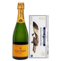 Color yellow, with a strong red fruit influence in the aromas, this is combined in a rich theme. The texture is plush, the sweet fruit is balanced by a robust architecture to clean it up. A generous aperitif champagne or serving with roast fish.  The gift includes 750ml Veuve Clicquot Brut champagne & Jules Destrooper 100 g Belgian cookies.  #gifts #veuveclicquot #giftideas Roast Fish, Champagne, Veuve Clicquot, Red Fruit, Corporate Gifts, Color Yellow, Plush, Christmas Gifts, Strong