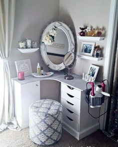 need one of those things for my hair dryer/ straightener. Super Easy Cute and Cheap DIY Makeup Organization Ideas and Hacks For Bathroom And Storage As Well As Vanity and Your Room Or Drawer. Some Of (Diy Vanity Cheap) Vanity Room, Diy Vanity, Vanity Ideas, Corner Makeup Vanity, Vanity Decor, Mirror Ideas, Small Vanity, Teen Vanity, Cheap Vanity