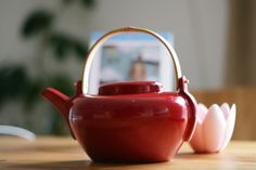 my thing for all things red is all too evident in my teapots. do i sound a bit nutty? yes? ok.