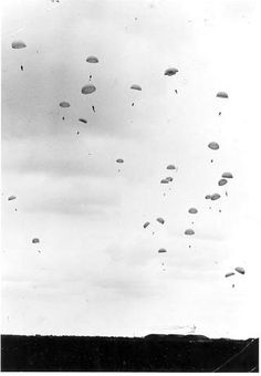 Duitse parachutisten landen in Nederland tijdens de aanval op 10 mei 1940.