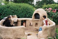 Cob oven and circle bench Cob Building, Green Building, Bread Oven, Outdoor Oven, Patio Wall, Underground Homes, Natural Homes, Rocket Stoves, Earth Homes