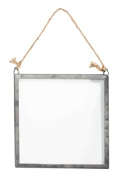 Metalowa ramka na zdjęcia: Czworokątna ramka z czystego szkła i metalu. U góry dwa oczka ze sznurkiem do zawieszania. Wkręty nie są dołączone. Pasuje na zdjęcia o wymiarach do 14,5x14,5 cm. Zewnętrzne wymiary ramki 16x16 cm.