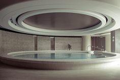 Nik Daum Hotel Swimming Pool, Indoor Swimming Pools, Amazing Architecture, Interior Architecture, Exterior Design, Interior And Exterior, Spa Design, Pool Designs, Outdoor Pool