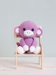 Den lille apen Anton - en perfekt julegave til de små. Har du lyst å hekle en liten venn til noen til jul? Apen Anton hekler du raskt på en kveld eller to.