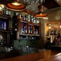 Klub Absynt mieści się na krakowskim Kazimierzu. Wnętrze, które tworzą sofy, stoliki, kredensy, stołeczki i okiennice, stylizowane jest na XIX wiek.