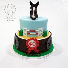 Cake design. Gâteau personnalisé en pâte à sucre sur le thème Cheval Equitation concours saut d'obstacles. Sugar paste Horse Riding Equestrian themed cake by Les Délices de Marion.