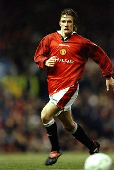 David Beckham in action against Leeds United at Old Trafford. Manchester United Images, Manchester United Football, Leeds United, Cristiano Ronaldo Celebration, Cristiano Ronaldo Lionel Messi, David Beckham Style, Soccer Photography, Legends Football, Premier League Champions