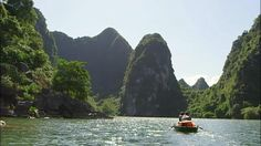 『チャンアンの景観』は2014年、世界遺産に登録されたばかり。今、ジワジワと魅力が口コミで伝わり始めた…ベトナムの穴場です。有名なあの<ハロン湾>のいわば田園版!こちらはエンジン付きの船が禁止なので、手こぎボートでゆっくり巡ります。