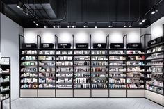 DIA – Dittel Architekten develops an innovative retail design for Mußler Beauty by Notino, a symbiosis of online and stationary trade. Cosmetic Display, Cosmetic Shop, Cosmetic Stores, Glass Store, Design Garage, Glass Shelves In Bathroom, Beauty Supply Store, Retail Store Design, Retail Shop