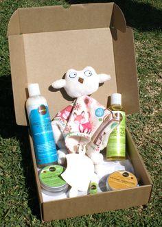 MODELO NATURALEZA -->Todo lo necesario para el cuidado del bebé del modo más natural.Productos de cosmética 100% naturales. --- Champú y gel de baño suave, aceite corporal, bálsamo de carita y labios, bálsamo protector y bálsamo reparador para el culito. Incluye un doudou (mantita de apego) de elaboración artesanal.