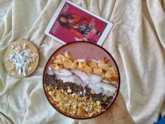 Granola coconut almonds chia seeds  berries smoothie bowl 🤤