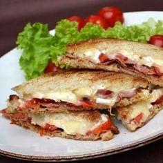 Croques au Camembert, moutarde à l'ancienne et lard grillé