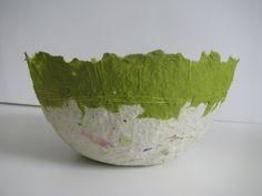 Schaal met gerecycled folderpapier en de groene kleur is papieren servetten. Afgewerkt met draad.