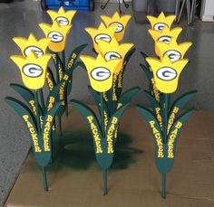 Our Packer tulips! We'll be selling some of these soon! Packers Baby, Go Packers, Green Bay Packers Fans, Packers Football, Team Spirit Crafts, Locker Signs, Christmas Booth, Football Crafts, Clay Matthews
