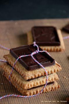 """Petits ecoliers, faits maison  Par La Cerise sur le Gateau/ Handmade """"Petits Ecoliers"""" biscuits http://www.750g.com/recettes_fait_maison.htm #750g #750grammes #faitmaison"""