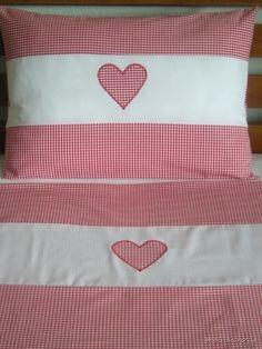Traumschöne Kinderbettwäsche in rotem Vichy-Karo aus feiner, mercerisierter Baumwolle mit weißer Bordüre und Herz-Applikation.    Vorder- und Rückseit