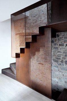 moderne Treppen erscheinen als Blickfang in Ihrer Wohnung Beautiful iron staircase contrasting the stone wall.Beautiful iron staircase contrasting the stone wall. Modern Staircase, Staircase Design, Iron Staircase, Stair Design, Wall Design, Interior Stairs, Interior And Exterior, Exterior Design, Architecture Design