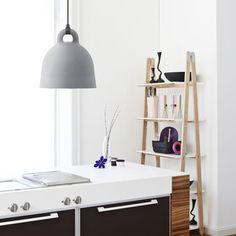 De klokvormige Normann Copenhagen Bell #hanglamp zorgt voor goede #verlichting en gezelligheid aan de eettafel.
