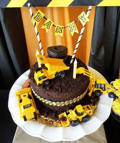 The cake - Construction - Cat Toy Trucks - Birthday - Boy birthday - party - terrible twos - Construction birthday theme