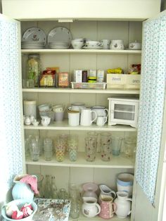Love the place placement - top shelf .... Punktchengluck Shabby Chic Kitchen Inspiration | Dream Homes