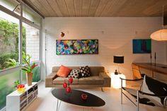 No living de um dos triplex do Vila Maida, o sofá é da Teto, as luminárias foram compradas na Reka e a pintura sobre o sofá é assinada pela arquiteta Maristela Faccioli, responsável pelo projeto do residencial