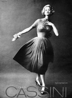 Oleg Cassini 1957 - Jean Patchett - Photo by W Paine Vintage Vogue, Vintage Dior, Vintage Ladies, Vintage Style, Vintage Outfits, Vintage Dresses, Retro Fashion, Vintage Fashion, Historical Clothing