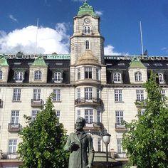 Grand Hotel - Oslo, Norway #grandhotel #hotel #karljohansgate #statue #arkitektur #beautifularchitecture #oslo #norway
