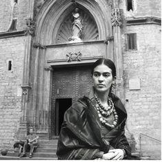 Frida Kahlo en la Catedral del Mar - Wlsk (Parte de mi proyecto Trippin' with Frida) Collage.