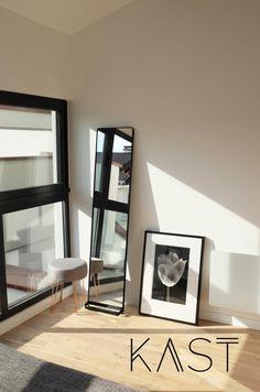 Зеркало и картина на полу подчеркивают модную атмосферу лофта. (индустриальный,лофт,винтаж,стиль лофт,индустриальный стиль,современный,архитектура,дизайн,экстерьер,интерьер,дизайн интерьера,мебель,квартиры,апартаменты,маленький дом,спальня,дизайн спальни,интерьер спальни) .