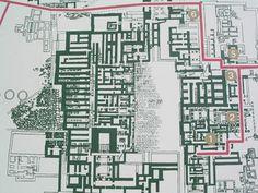 """Pianta del palazzo di Cnosso. Si ritiene che il mito del labirinto derivi proprio dai numerosi e intricati corridoi dei palazzi cretesi. I palazzi di Creta erano così grandi, che in realtà erano vere e proprie città """"a forma di palazzo"""". Erano edifici polifunzionali, infatti al loro interno erano suddivisi in quartieri. In questo modo, oltre, ad avere una suddivisione della città per tipologie di mestieri, le classi sociali più elevate non erano a stretto contatto con quelle più basse…"""