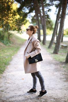 Casual Look. Look con abrigo camel y camiseta de rayas. A trendy life. #casual #denim #jeans #camelcoat #perfectcoat #stripes #sneakers #animalprint #promod #topshop #levi's #rebeccaminkoff #adidas #outfit #fashionblogger #atrendylife www.atrendylifestyle.com