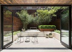 ein kompakter moderner Vorgarten, der alles in sich enthält Blumenbeete und Gartenmöbel