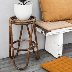 Bamboo flower table with plant | Styling ideas and inspiration for the balcony.