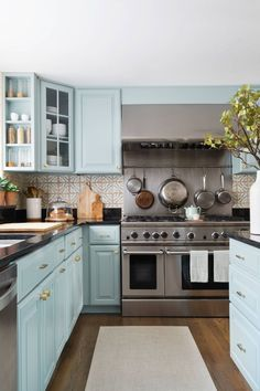 This Lexington, Massachusetts home designed by Miggy Mason and Roisin Giese of the Boston-based interior design studio Twelve Chairs is brimming with pretty details and inspiring ideas! The entire … Kitchen Inspirations, Kitchen Family Rooms, Kitchen Remodel, Kitchen Decor, Interior Design Kitchen, New Kitchen, Kitchen Dining Room, Home Kitchens, Kitchen Renovation