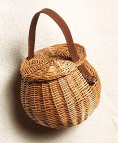 제인 버킨의 바구니를 아시나요 | 엘르코리아(ELLE KOREA) Rattan Basket, Basket Bag, Bamboo Canes, Unique Handbags, Sewing Baskets, Baskets On Wall, Knitted Bags, Sisal, Handmade Bags