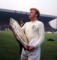 Billy Bremner of Leeds Utd with the Charity Shield after Leeds beat Man City in Leeds United Team, Leeds United Football, Classic Football Shirts, Retro Football, School Football, Football Accumulator, Doncaster Rovers, Community Shield, Hull City