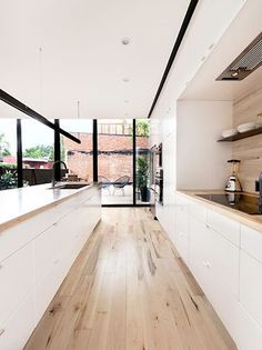 Wood and white kitchen by la SHED Architecture